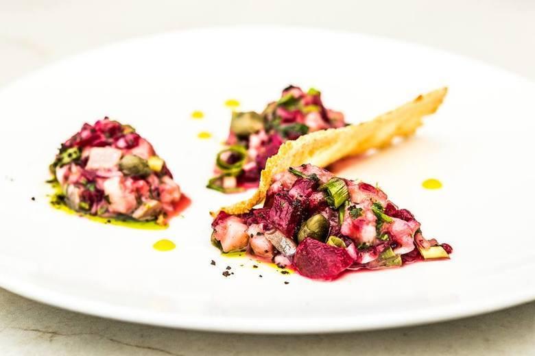 Albertina Restaurant & WineDominikańska 3Telefon: 12 333 41 10Wybrane menu: FILET Z SUMA Z WĘDZONYM BOCZKIEM Z DZIKASos kaparowy / Chrust z pietruszki