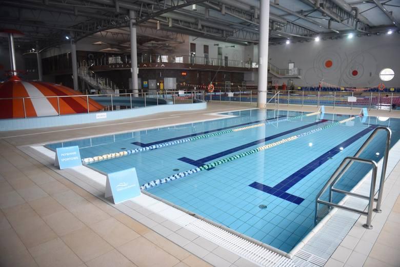 Kryte obiekty sportowe i baseny dla zorganizowanych grup dzieci i młodzieży - obłożenie do 50 procent.---->