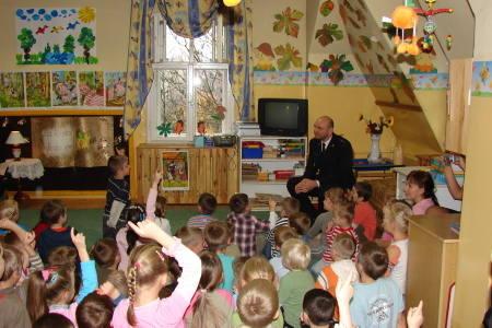Świebodzin > Strażacy w przedszkolu czytali książki (zdjęcia)