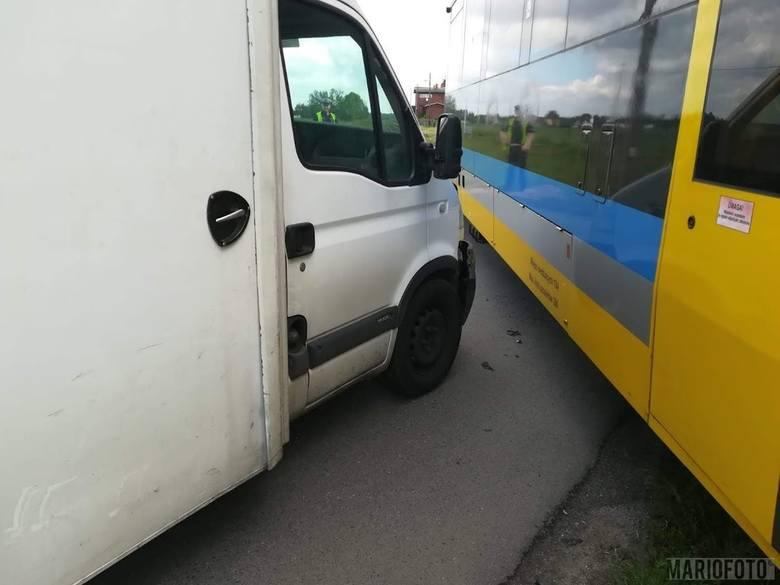 Wypadek w Kotorzu Małym. W środę na przejeździe kolejowym samochód dostawczy zderzył się z szynobusem