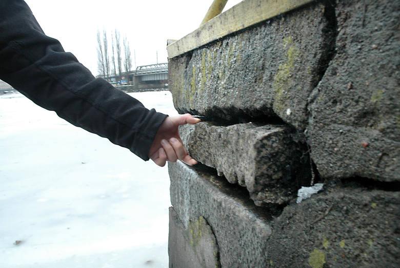Bulwar Nadodrzański najbardziej zniszczony jest w rejonie mostu kolejowego, tuż obok przyczółków - nie istniejącego dziś - mostu dworcowego.