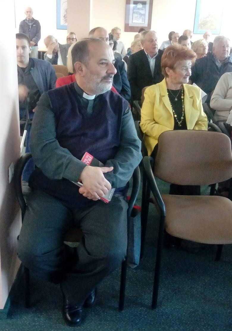 Ksiądz Tadeusz Isakowicz-Zaleski po prelekcji czeka na pytania