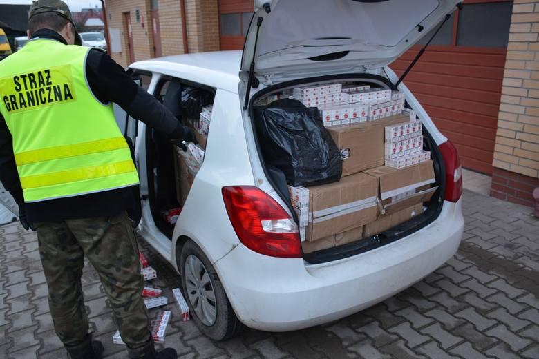 W poniedziałek, 21 listopada, mundurowi Straży Granicznej w Augustowie zatrzymali na drodze krajowej nr 61 do rutynowej kontroli skodę. Kiedy otworzyli