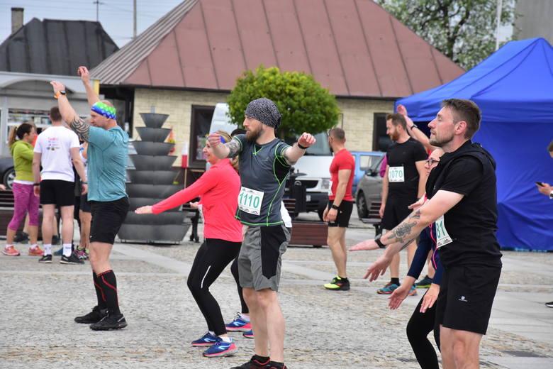 Ponad sto osób w biegu na 11 kilometrów w Daleszycach. Ogromne emocje na trasie [ZNAJDŹ SIĘ NA ZDJĘCIACH]