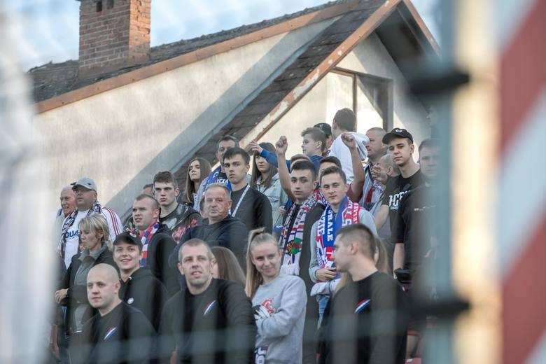 Puszcza Niepołomice - Podbeskidzie Bielsko-Biała. Kibice na stadionie w Niepołomicach