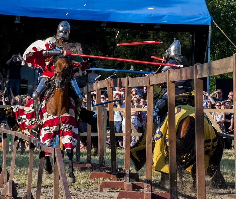 Pojedynki konne prowadzone były nie na żarty. Kopie pękały kruszone jak zapałki o zbroje adwersarzy...