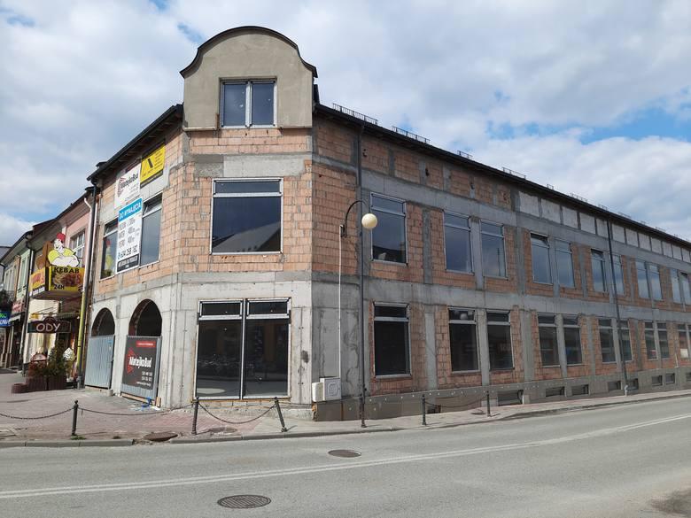 Po wielu miesiącach wracamy na budowę robiącego wrażenie obiektu - Galerii Tęczowej, która stanęła na rogu Placu Kościuszki i ulicy Kieleckiej w Jędrzejowie.