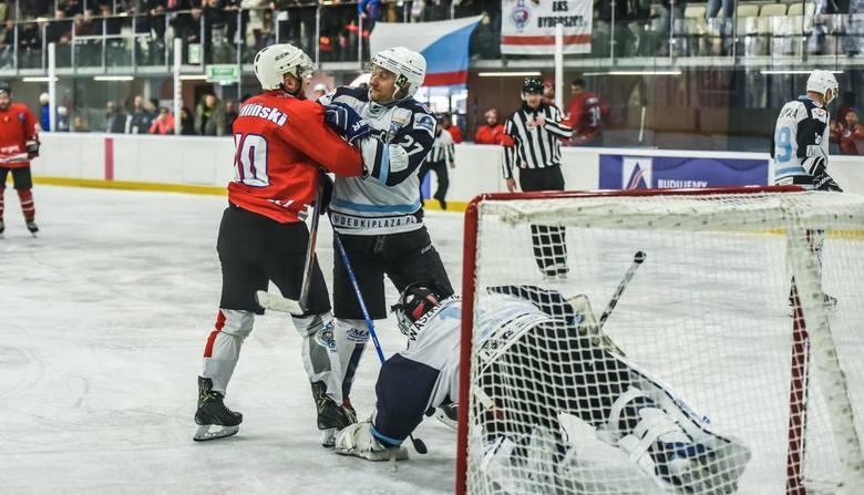 Hokeiści Budowlanego Klubu Sportowego pokonali w niedzielę Mad Dogs Sopot 18:7 w rewanżowym meczu barażowym o awans do finału grupy północnej II ligi.