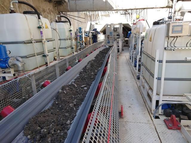 Pierwszy urobek z tarczy TBM jest transportowany taśmociagiem.