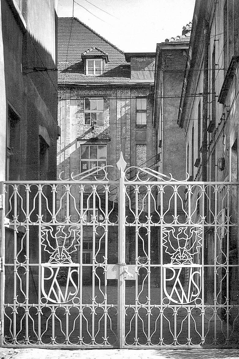 Charakterystyczna brama  prowadząca do PZWS, rok 1971.