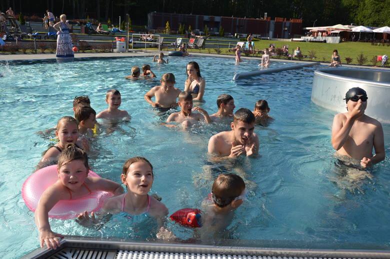Od początku czerwca kąpielisko przy ulicy Źródlanej w Żarach oblegane jest przez mieszkańców.