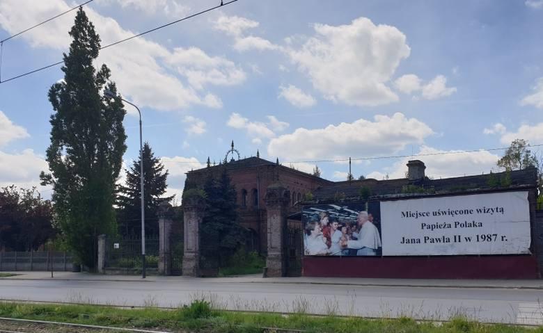 """Uniontex. """"Miejsce uświęcone wizyta Papieża Polaka Jana Pawła II w 1987 r."""" - taki napis jest na bramie dawnych zakładów włókienniczych"""