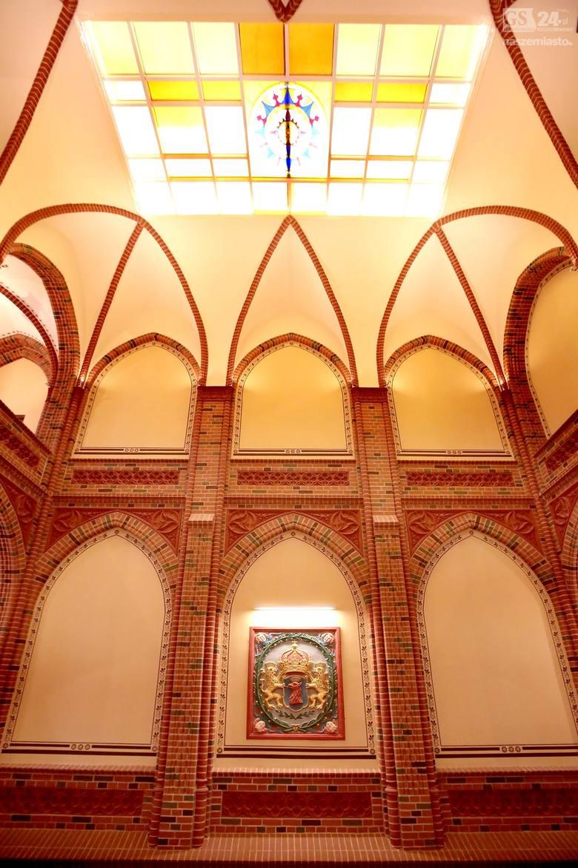 Z końcem marca tego roku zakończył się wreszcie remont wnętrza Czerwonego Ratusza. Dwuetapowa odnowa klatek schodowych i hallu rozpoczęła się w maju 2015 roku. Zaszło tu bardzo dużo zmian. W ramach remontu zostały wyczyszczone cegły, wykute fugi i odrestaurowane wszystkie detale architektoniczne.
