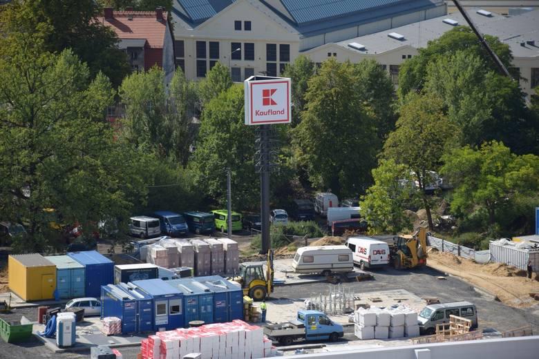 Dużo dzieje się na budowie nowego kompleksu handlowego na terenie po byłej Estradzie w Zielonej Górze. Zmiany widać z dnia na dzień. Tuż obok, na skrzyżowaniu