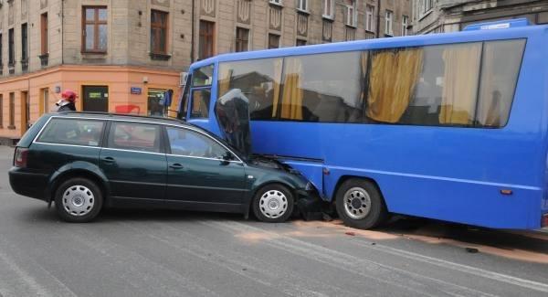 Wypadek Na Ulicy Tuwima Passat Wbił Się W Bok Autobusu
