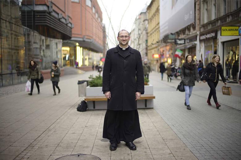 Ksiądz Adam Pawłowski rozdawał... pieniądze podczas mszy świętej. Nietypową akcję przeprowadził podczas niedzielnych mszy. W ten sposób chciał zaintrygować