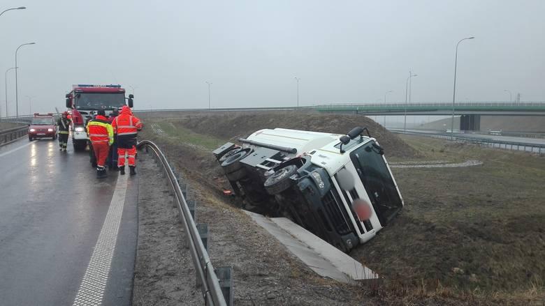 W piątek na węźle autostrady A4 Jarosław Zachód, przewróciła się pusta cysterna.- Po przyjeździe stwierdzono, że cysterna służąca do przewozu paliw płynnych