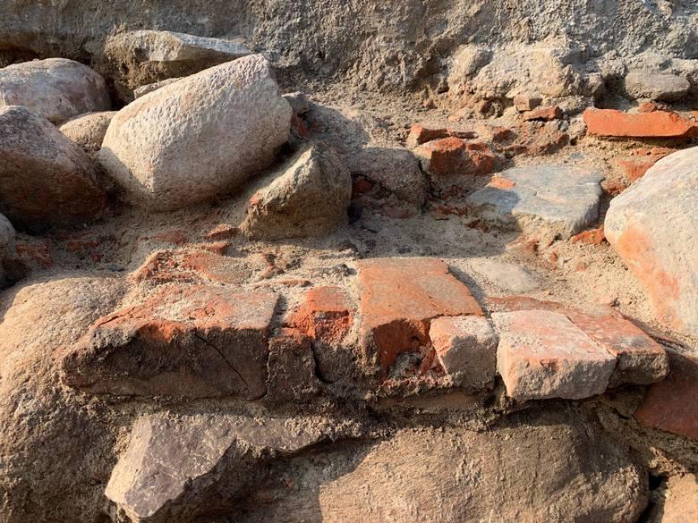 Podczas remontu placu św. J. Śląskiej w Krośnie Odrzańskim odkryto już kilka historycznych elementów, m.in. fundamenty byłego ratusza.