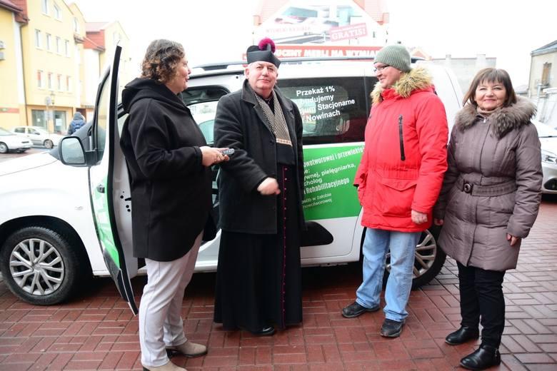"""Ksiądz kupił ambulans dla chełmskiego hospicjum. """"Będzie docierał do ludzi, którzy potrzebują pomocy"""""""