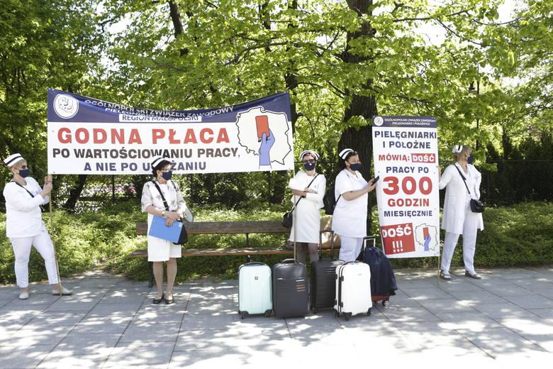 Protest pielęgniarek w Warszawie w Międzynarodowym Dniu Pielęgniarek i Położnych