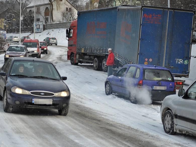 Atak zimy w Przemyślu. TIR-y zablokowały drogę [ZDJĘCIA]