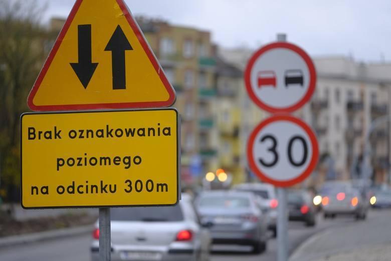 W Toruniu cały czas możemy natknąć się na utrudnienia w ruchu wynikające nie tylko z pogody. W wielu miejscach trwają roku remonty i przebudowy dróg.
