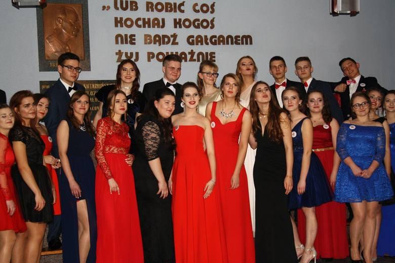 W piątek w pięknie udekorowanej sali gimnastycznej Liceum Ogólnokształcącego w Sępólnie bawili się tegoroczni maturzyści dwóch klas, których wychowawczyniami