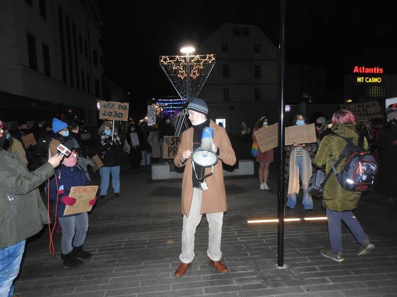 """9 grudnia 2020 r. w Opolu odbył się """"Spacer dla przyszłości"""", organizowany przez Ogólnopolski Strajk Kobiet oraz Młodzieżowy Strajk Klimatyczny. Kacper Lubiewski miał wygłosić przemówienie, wziął więc do ręki megafon i wtedy podeszli policjanci. <br />"""