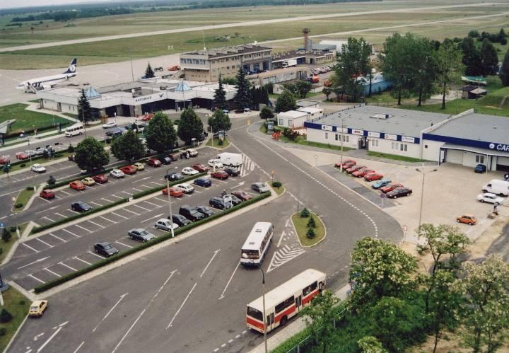 28 października 1990 roku z Pyrzowic odleciał do Warszawy ostatni rejsowy samolot PLL LOT. Rozpoczął się okres zastoju, spowodowanego zawirowaniami politycznymi w Polsce, związanymi ze zmianą systemu.