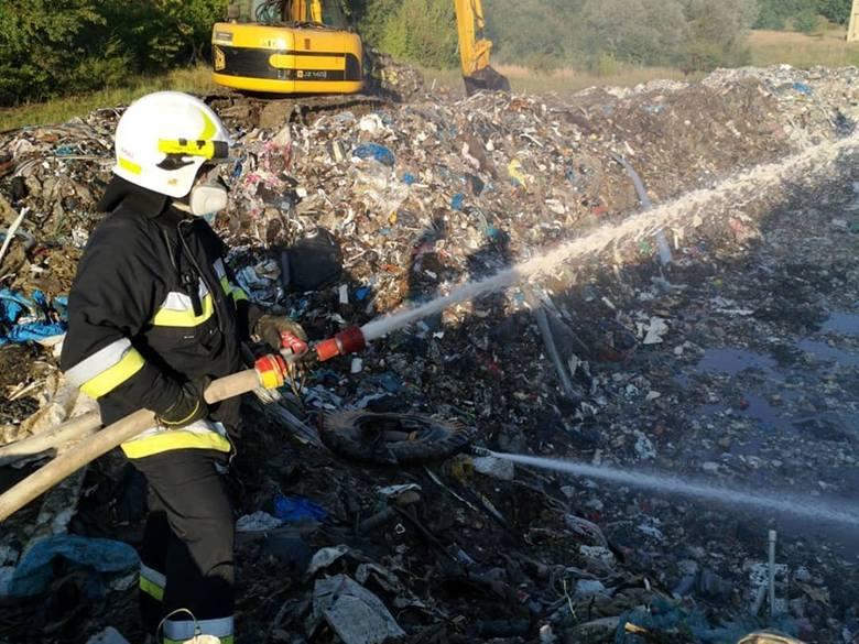 Już po raz siódmy zapłonęło wysypisko odpadów w Pyszącej koło Śremu. Straż pożarna walczy z ogniem już kolejną dobę. Bo chociaż ogień jest niewielki nie zlokalizowano jeszcze jego źródła.
