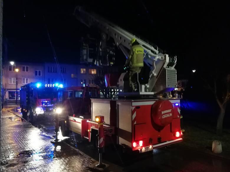 Strażacy z OSP Złocieniec w poniedziałek wieczorem zostali wezwani do dwóch zdarzeń. Przed godz. 19 dwa zastępy pojechały na ul. Fryderyka Chopina do