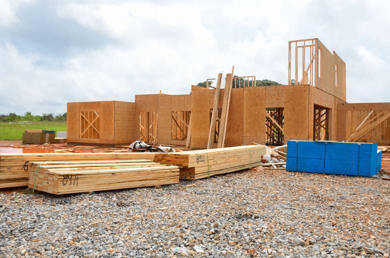 Domek na wsi to marzenie wielu osób. Budowa domu kilka lub kilkanaście kilometrów od miasta może okazać się tańsza niż kupno mieszkania. Oprócz większego