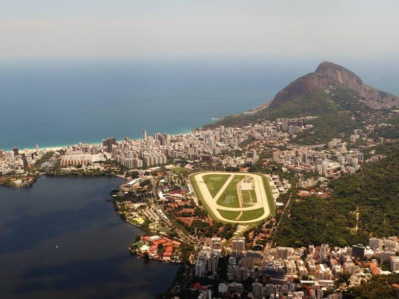 Imponująco przedstawia się hippodrom- arena zawodów konnych, widziana ze szczytu Corcovado z pomnikiem Zbawiciela