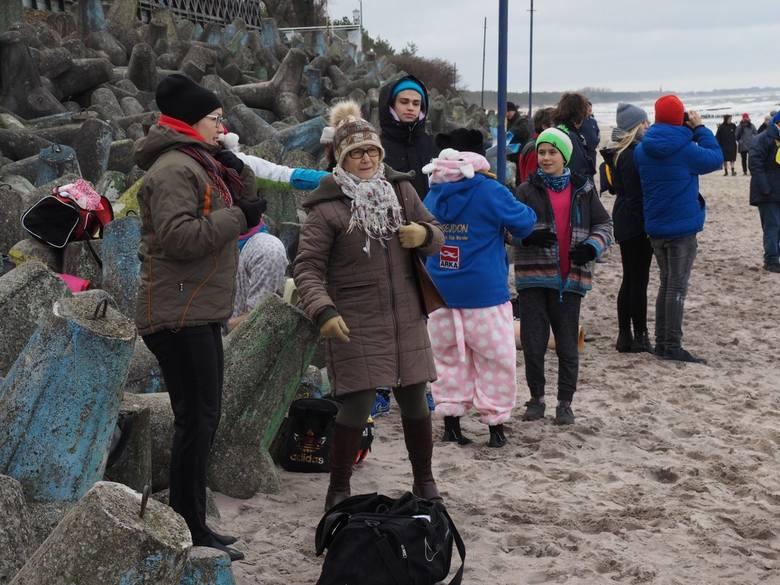 W tym roku koszalińskie morsy zorganizowały dwie kąpiele w lodowatym Bałtyku. Pierwsza miała miejsce w przedwigilijną niedzielę, druga w środę, w drugi