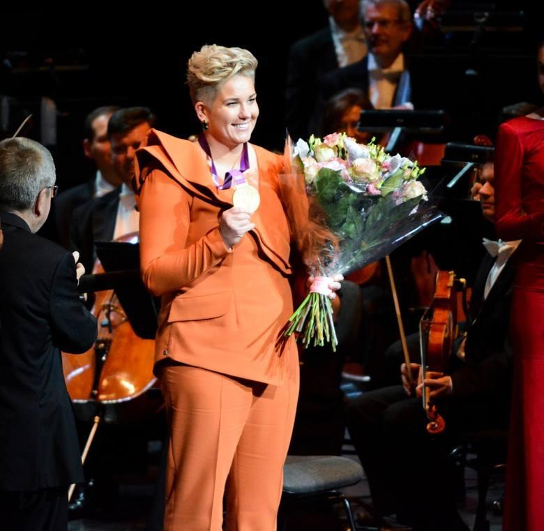 Gala 100-lecia PKOl w Teatrze Wielkim. Zobacz zdjęcia gości na czerwonym dywanie i na scenie