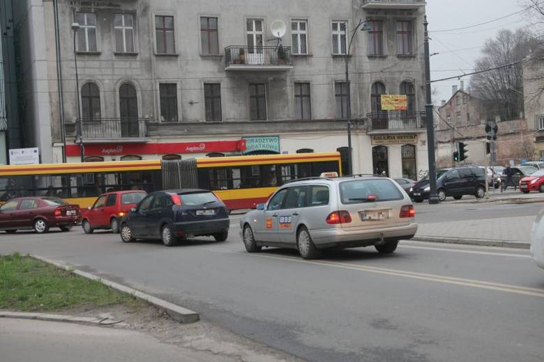 Według MPK, kierowcy skręcający w lewo, z ul. Sienkiewicza w ul. Narutowicza blokują często bezmyślnie tamtejsze torowisko.