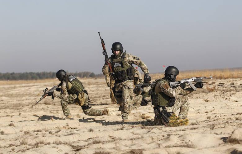 Nie żołnierzy, ale funkcjonariuszy trzech służb: Agencji Bezpieczeństwa Wewnętrznego, Centralnego Biura Śledczego Policji oraz straży granicznej, można