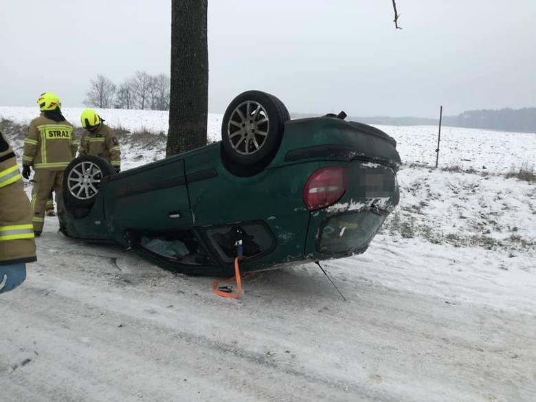 W czwartkowe przedpołudnie na trasie pomiędzy miejscowościami Skąpe i Stare Worowo doszło do zdarzenia drogowego. Kierujący samochodem osobowym stracił