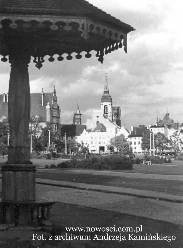 Zdjęcie sprzed wojny, patrzymy zatem jeszcze na plac Bankowy. Na pierwszym planie widać brukowaną jezdnię.