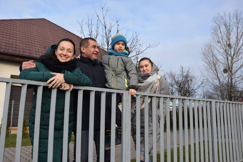 Rodzina Sirowackich w komplecie: tata Andrzej, mama Tatiana, córka Ola i syn Dima