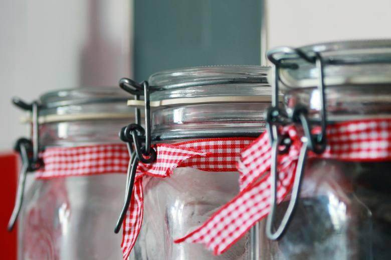 Szklane słoiki – to świetna alternatywa dla plastikowych pojemników, w których trzymamy takie produkty jak mąka, cukier czy bułka tarta. W słoikach możemy