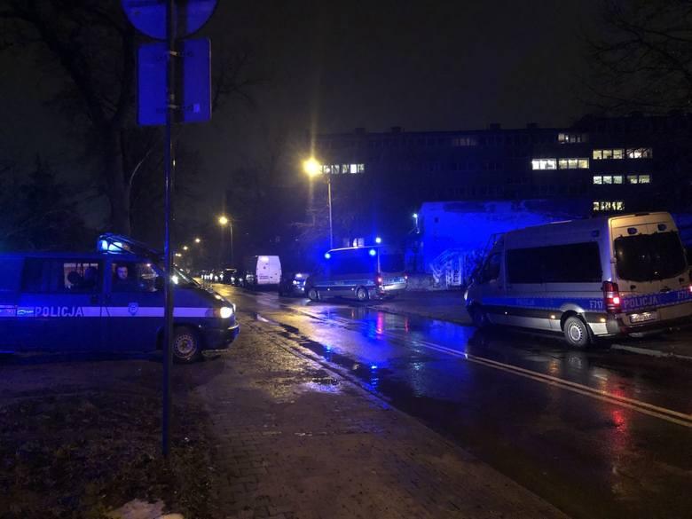 Nie postawiono jeszcze żadnych zarzutów mężczyźnie zatrzymanemu w środę wieczorem (3 lutego) w centrum Łodzi po policyjnym pościgu. Przebywa on w łódzkim
