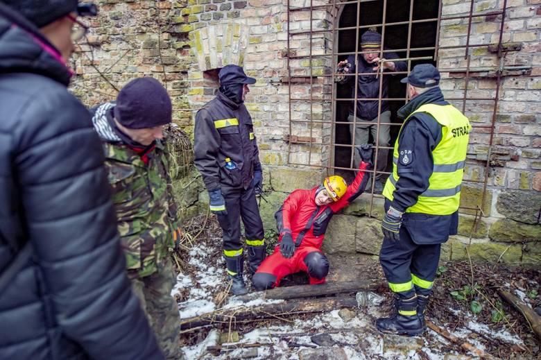 Minęło 17 dni od zaginięcia Michała Rosiaka. W niedzielę rano do Poznania dotarła około 60-osobowa grupa z Turku i okolic. Przyjechali bliscy zaginionego studenta, grotołazi, wolontariusze, strażacy, a wśród nich druhowie z OSP Turkowice, rodzinnej wsi Michała. Do nich dołączyli poznaniacy. <br...