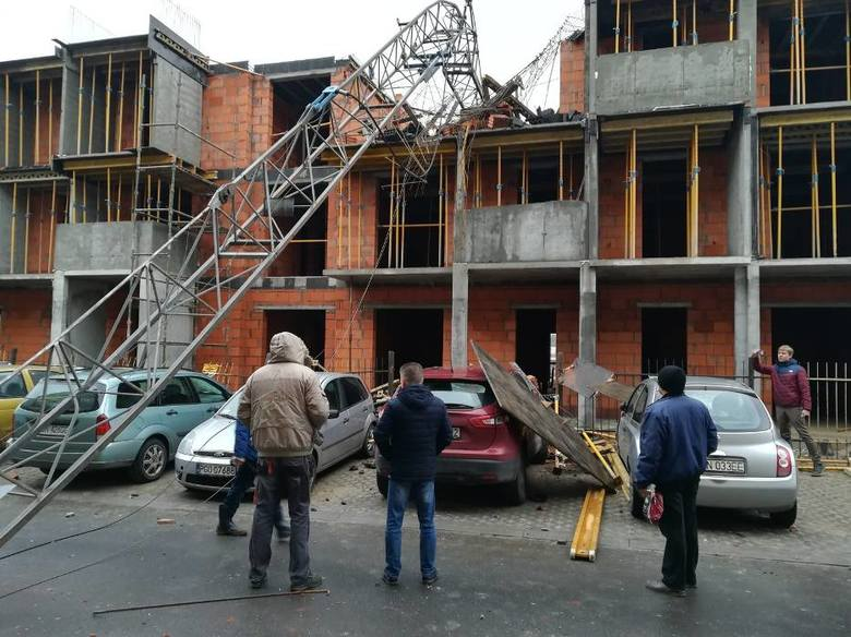Do niebezpiecznego zdarzenia doszło na ul. Żuławy w Gnieźnie. Żuraw pracujący na budowie domu przewrócił się. Spadając, uszkodził cztery zaparkowane