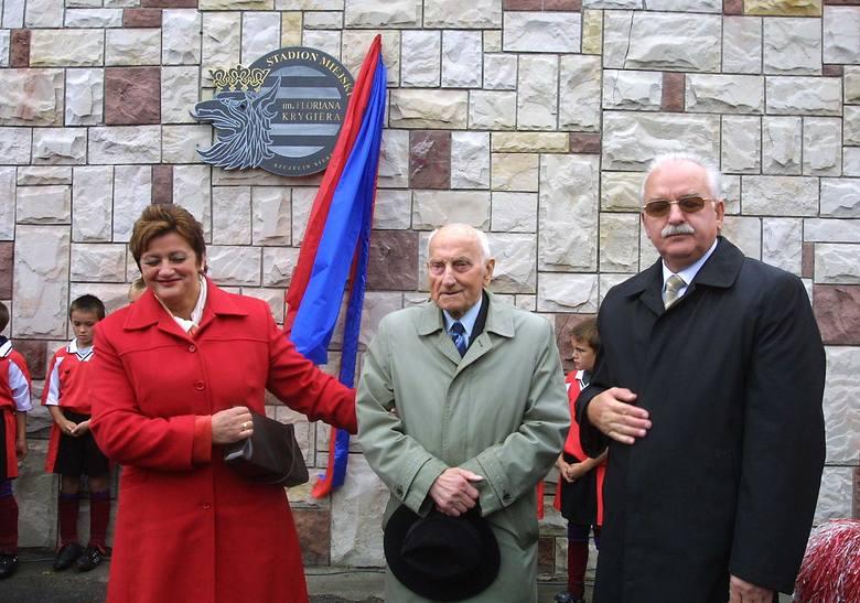 Florian Krygier w 2004 r. został patronem stadionu przy ul. Twardowskiego. Na zdjęciach tamta uroczystość przy bramie głównej.