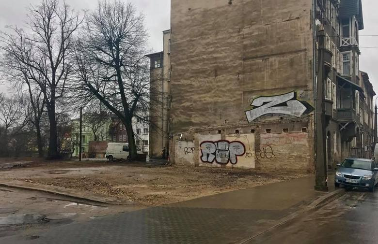 To miejsce dziś trudno rozpoznać, ale tak właśnie wygląda ul. Warszawska naprzeciwko muzeum. Stał tu parterowy pawilon. Zniknął niemal niezauważenie, bo dziś niewiele osób tędy jeździ i spaceruje