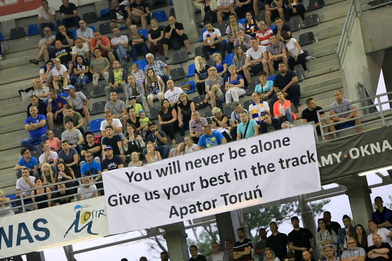 """Podczas ubiegłotygodniowego meczu z Motorem Lublin kibice wywiesili hasło: """"You will never be alone. Apator Toruń""""  (Nigdy nie będziecie sami). Hasło"""