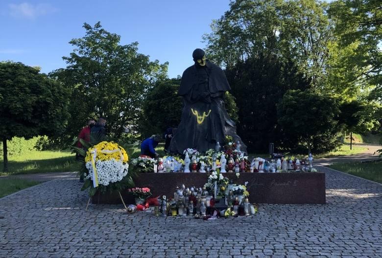 W nocy z wtorku na środę w Toruniu doszło do skandalicznego aktu wandalizmu. Sprawcy wzięli na cel stojący nieopodal CSW pomnik Jana Pawła II. Wymalowali