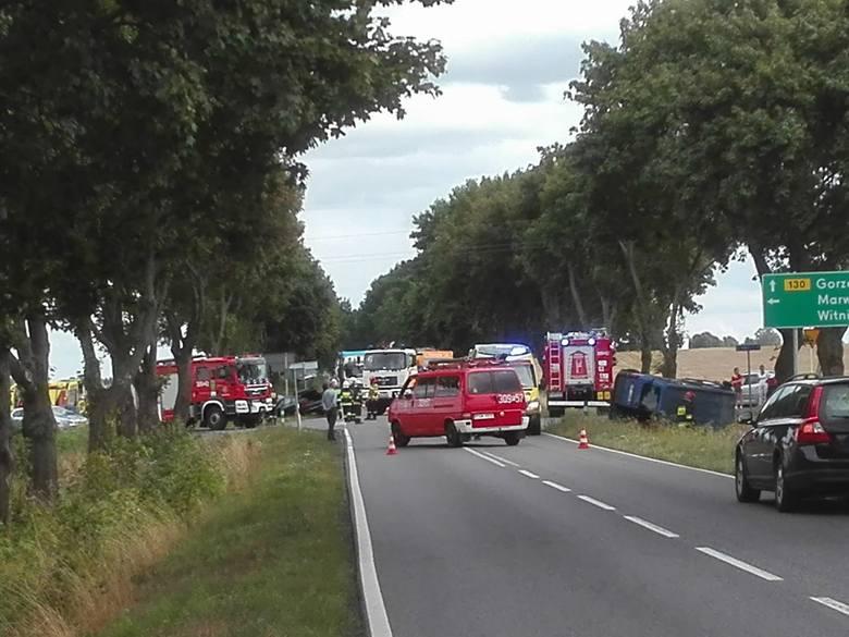 Do groźnie wyglądającego wypadku doszło na drodze wojewódzkiej na 130, niedaleko Gorzowa Wlkp. Na skrzyżowaniu zderzyły się dwa pojazdy: bus renault