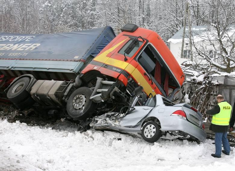 Ten tragiczny wypadek miał miejsce na drodze krajowej nr 9 w Głogowie Małopolskim. Kierowca Misubishi Lancer podczas wyprzedzania innego pojazdu zderzył